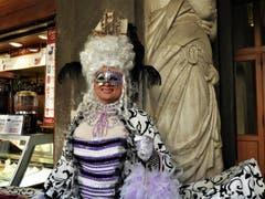 Warum nicht einmal als Mann am Carnevale in eine weibliche Rolle schlüpfen und so als wunderschöne Maske ganz Venedig entzücken ? (Bild: Margrith Imhof-Röthlin)