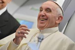 Immer fröhlich: Der Papst während eines Interviews. (Bild: Keystone)
