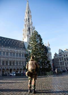Der Weihnachtsbaum steht – auf festliche Stimmung muss Brüssel noch warten. (Bild: AP Photo / Virginia Mayo)