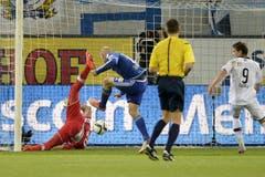 Marco Schneuwly (2. v. links) schiesst das 2:1 für Luzern gegen Torhueter Francesco Russo. (Bild: Keystone / Urs Flüeler)