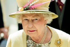 Wie so oft: Die Queen mit extravagantem Hut, hier im Juni 2015. (Bild: Keystone)