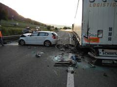 Das erste Unfallauto (hinten links) prallte frontal ins Heck dieses Sattelschleppers. Für zwei Personen kam jede Hilfe zu spät. (Bild: Kantonspolizei Schwyz)