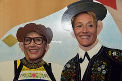 Die Oberdorfer Gemeindepräsidentin Judith Odermatt-Fallegger (links) und Festrednerin, Frau Landammann Susanne Hochuli (AG) lassen sich hinter der mit Trachten bemalten Fotowand ablichten. (Bild: Romano Cuonz (Neue NZ))
