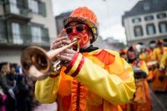 """Eine kostümierte Person spielt Trompete und läuft am Umzug """"ZüriCarneval 2015"""". (Bild: ENNIO LEANZA)"""