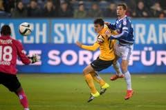 Der Luzerner Remo Freuler, rechts, erzielt das Tor zum 3:0 gegen den YB-Spieler Alain Rochat, Mitte, YB-Torhüter Yvon Mvogo, links. (Bild: (KEYSTONE/Nick Soland))