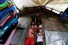 Das Haus einer philippinischen Familie wurde notdürftig wieder aufgebaut. (Bild: Keystone)