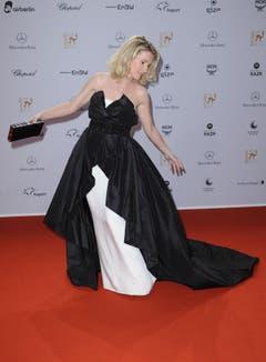 Schauspielerin Maria Furtwängler posiert am 10. November 2011 in Wiesbaden bei der Verleihung des Medienpreises Bambi auf dem Roten Teppich. (Bild: Keystone)