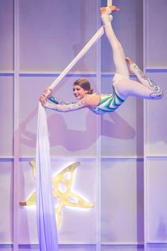Die Artistin Rahel Ruegg lockerte die Verleihung mit Akrobatikeinlagen auf. (Bild: KEYSTONE/Ennio Leanza)
