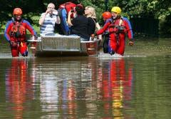 Helfer der Deutschen Lebensrettungs Gesellschaft bringen Anwohner eines überfluteten Quartiers in Sicherheit. (Bild: Keystone)