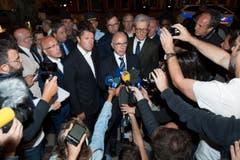 Der französische Innenminister Bernard Cazeneuve (Mitte) spricht nach der Attacke zu den Medien. (Bild: OLIVIER ANRIGO)