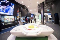 Auf 3500 Quadratmetern Ausstellungsfläche und drei Stockwerken erwartet die Besucher ein bunter Mix. Während die Besucher im Erdgeschoss willkommen geheissen werden, ... (Bild: Keystone / Ennio Leanza)