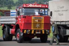 Ausserdem fand auf dem Flugplatz Alpnach auch das Family Truck Festival statt. Die Besucher bestaunten die Oldtimer-Trucks. (Bild: Boris Bürgisser, Luzerner Zeitung / Alpnach, 27.05.2017)