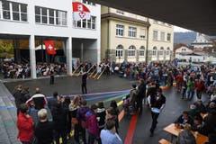 Fahnenschwinger zeigen ihr Können auf dem Schulhausplatz. (Bild: Robert Hess (OZ))