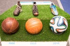 Schuhe und Fussbälle früher und heute. (Bild: Keystone / Ennio Leanza)