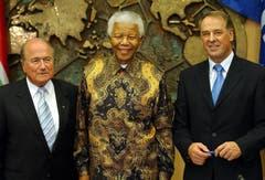 Nelson Mandela mit FIFA-Chef Joseph Blatter (links) und Adolg Ogi 2003 in Zürich. (Bild: Keystone)
