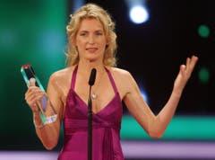 Maria Furtwängler hält am 29. September 2007 in Köln bei der Verleihung des Deutschen Fernsehpreises 2007 im Coloneum den Preis für die beste Schauspielerin in den Händen. (Bild: Keystone)
