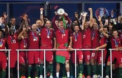 Cristiano Ronaldo stemmt den EM-Pokal in die Höhe. (Bild: Keystone)