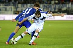 Domen Crnigoj (vorne) von Lugano im Spiel gegen Hekuran Kryeziu von Luzern. (Bild: Keystone / Urs Flüeler)