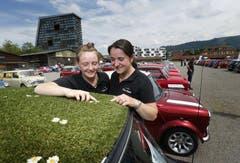 Patricia Winiger und Marlis Kneubühler bestaunen den Mini mit einer Wiese auf dem Dach. (Bild: Stefan Kaiser / Neue ZZ)