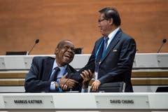 Ein lachender Issa Hayatou, amtierender Fifa-Präsident, begrüsst David Chung, einen seiner Vizes (Bild: Keystone/Ennio Leanza)