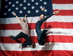 Freudensprung vor der amerikanischen Flagge: Barack Obama bleibt Präsident. (Bild: Keystone)