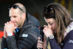 Die Skirennfahrerin Dominique Gisin wischt sich eine Träne weg, als sie ihren Rücktritt am Donnerstag bekannt gab. (Bild: JEAN-CHRISTOPHE BOTT)