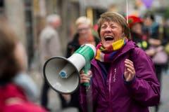 Eine Frau läuft lachend durch die Innenstadt anlässlich des Weltlachtages 3. Mai 2014 in Zürich. (Bild: Keystone)