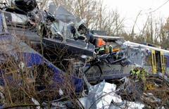 Die Unfallstelle zeigt ein Bild der Verwüstung. (Bild: EPA/Josef Reisner)