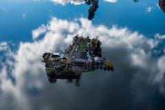 Ein vom Wasser eingeschlossener Bauernhof in der Magadino-Ebene. (Bild: Keystone)
