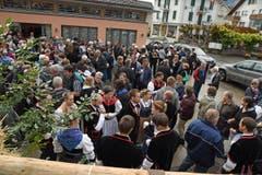 Beim Volksapero vor dem Pfarreizentrum treffen sich die Älpler und die Dorfbevölkerung. (Bild: Robert Hess (OZ))