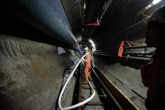 Bis die Mineure bei der Maschine angelangen, ist es ein weiter Weg. (Bild: Corinne Glanzmann / Neue LZ)