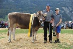 Der neue BS-Rinder-Champion Joya mit Besitzer Walter Bissig, Isenthal. (Bild: Urs Hanhart)