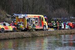 Rettungskräfte bei der Unglücksstelle in der Nähe von Bad Aibling. (Bild: AP/Matthias Schrader)