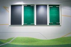 Fussball-Felder hängen in einem Raum als Dekoration. (Bild: Keystone / Ennio Leanza)