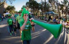 Ein Knabe läuft mit seiner Familie zum Startplatz für die Parade in Savannah. (Bild: Keystone)