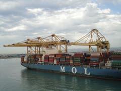 Hafenschiff in Barcelona - die grossen Container erscheinen wie Legosteine (Bild: Karin Buholzer)