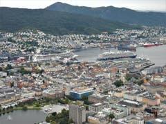 """In Bergen sind die gewaltigen Wohn-und Geschäftshäuser kaum von den riesigen """"Kreuzfahrt-Schiffchen"""" zu unterscheiden. (Bild: Margrith Imhof-Röthlin)"""