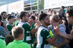 Viele Zuschauer wollen den Spielern gratulieren. (Bild: Keystone / Marcel Bieri)