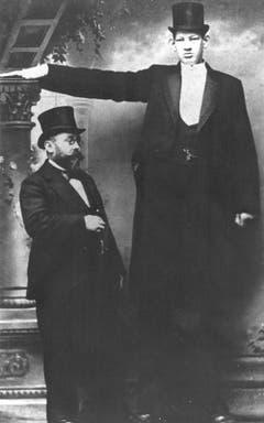 Julius Koch, auch bekannt als «Géant Constantin», war 2.58 Meter gross und wurde in Varietés in ganz Europa als Riese inszeniert. Bild aus dem Jahr 1900. (Bild: Archiv Muséum régional des Sciences naturelles Mons)