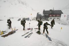Rekruten der Schweizer Armee machen auf dem Oberalppass ihre Abschlussprüfungen als Gebirgsspezialisten. (Bild: Keystone)