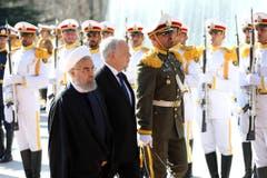 Später heisst der Iranische Staatspräsident Hassan Rouhani den Bundespräsidenten im Saadabad Palast willkommen. (Bild: Ebrahim Noroozi)