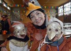 Die Giswiler Vogelfamilie mit wunderschönen selber gebastelten Masken die Kinder Lia und Lars. (Bild: Romano Cuonz)
