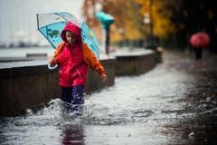 Fedro spielt auf den überschwemmten Strassen von Locarno. (Bild: Keystone)