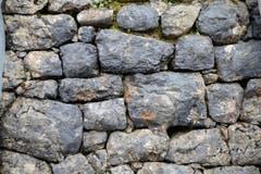 Diese vor rund 100 Jahren verbauten Steine der Trockenmauer werden wieder verwendet … (Bild: Robert Hess / Neue OZ)
