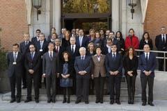 Der spanische Vize-Präsident Soraya Saez de Santamaria (vierter von links) gedenkt in Madrid den Opfern. (Bild: EPA / Angel Diaz)