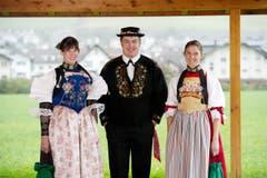 Hochsaison für Trachten. Im Bild von links Silvia Gut, Kobi Würsch und Patricia Kipfer. (Bild: Corinne Glanzmann / Neue NZ)