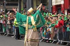 Ein Mann, der sich als St.Patrick verkleidet hat, während der Parade in der irischen Hauptstadt Dublin. (Bild: Keystone)