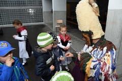 Der Wildmann verteilt Nüssli an die Kinder. (Bild: Robert Hess (OZ))