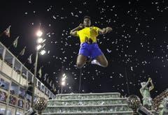 Ein Mitglied der «Grande Rio Samba School» in Action. (Bild: Keystone)