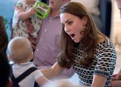 Mama Kate erzählte den anderen Eltern, dass George durchschlafe und bereits fünf Zähne habe. (Bild: Keystone)